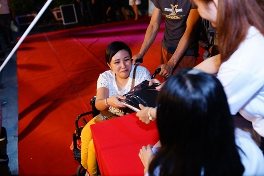 Một vị khán giả đặc biệt nhận quà từ ban tổ chức.