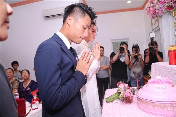 Cả hai chắp tay vái trước bàn thờ gia tiên - Tin sao Viet - Tin tuc sao Viet - Scandal sao Viet - Tin tuc cua Sao - Tin cua Sao