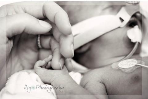 Xúc động với bộ ảnh em bé chỉ sống được hai ngày trên cõi đời