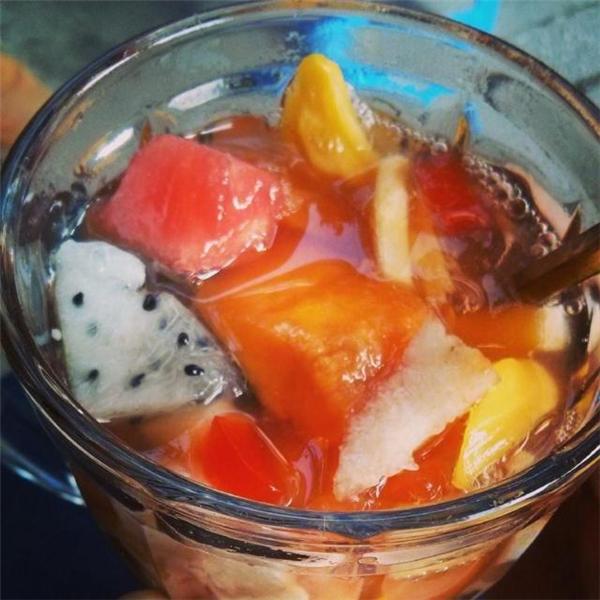 Chè hoa quả ngọt mát với những loại trái cây tươi ngon có giá 20.000 đồng/cốc. (Ảnh: Internet)
