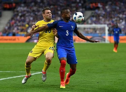 Hậu vệ trái Patrice Evra ( Pháp- 5.67 điểm):Lão tướng 35 tuổi có màn trình diễn thảm họa trong trận khai mạc Euro 2016 khi liên tục mắc sai lầm và đỉnh điểm là tình huống phạm lỗi dẫn đếnpenalty cho tuyển Romania. Rất may cho cựu cầu thủ MU khi đồng đội Dimitri Payet tỏa sáng kịp thời để đem về 3 điểm cho đội chủ nhà trong ngày ra quân.