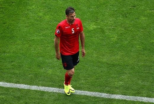 Tiền vệ trung tâm Loric Cana (Albania, 4.75 điểm):Mang trên mình chiếc băng đội trưởng của tuyển Albania nhưng lão tướng 32 tuổi lại sớm đẩy đồng đội vào cảnh 10 chọi 11 sau tấm thẻ đỏ vì lỗi dùng tay chơi bóng.