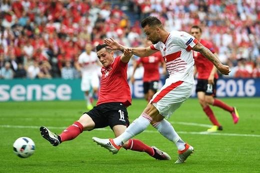 Tiền vệ trung tâm Taulant Xhaka (Albania, 5.83 điểm):Anh trai của Granit Xhaka có lído để bực tức khi bị thay ra ở đầu hiệp hai bởi anh chẳng có đóng góp nào đáng kể cho tuyển Albania trong suốt thời gian có mặt trên sân.