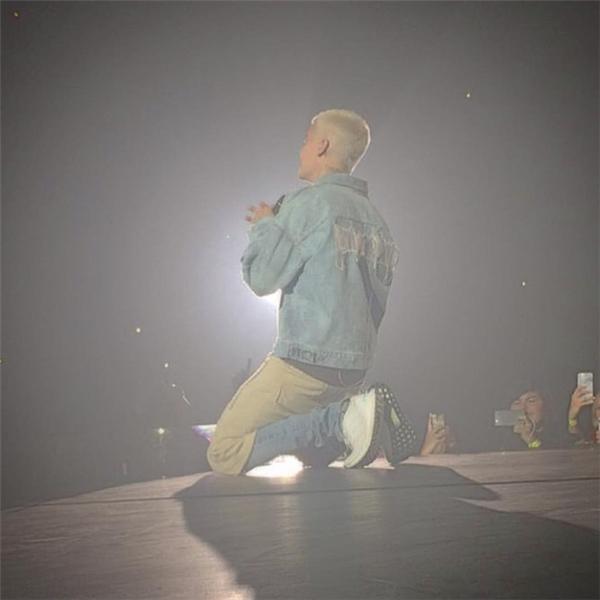 Justinkhiến khán giả thảng thốt khi khi mặc quần jean bên trong quần short.