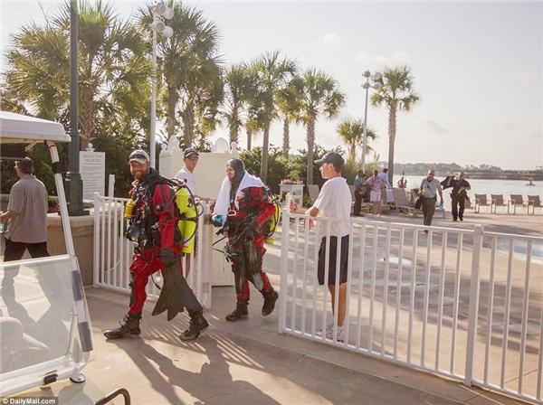 Hình ảnh các thợ lặn thay phiên nhau xuống hồ tìm kiếm tung tích cậu bé. (Ảnh Dailymail)