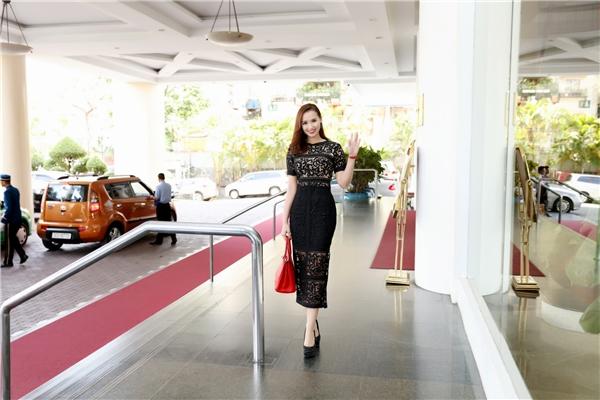 Nữ diễn viên khoe đường cong quyến rũ trong bộ váy đen ôm sát cơ thể.