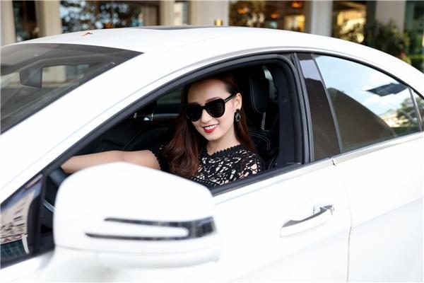 Lã Thanh Huyền tự lái xe đến tham dự sự kiện