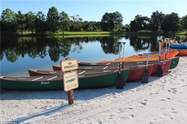 Biển cấm bơi cũng như cảnh báo cá sấu được đặt ngay khu vực bờ hồ. (Ảnh Mousestep)
