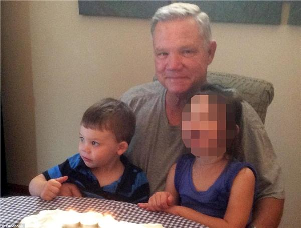 Bé Lane chụp hình chung với ông nội và chịgái. (Ảnh FBNV)