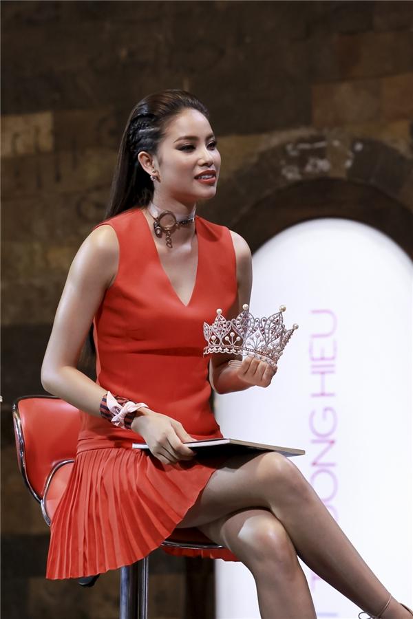 Phạm Hương dùng vương miện chiêu dụ thí sinh.