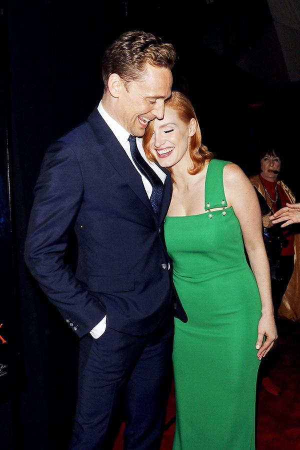 """""""Loki"""" Tom Hiddleston cũng có nhiều cuộc tình chóng vánh không thua kém Taylor Swift"""