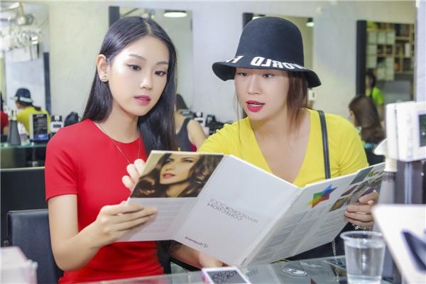 Sau đêm chung kết vài ngày, Phương Linh được chị gái Thùy Linh đưa đến tiệm cắt tóc quen thuộc để làm mới hình ảnh.