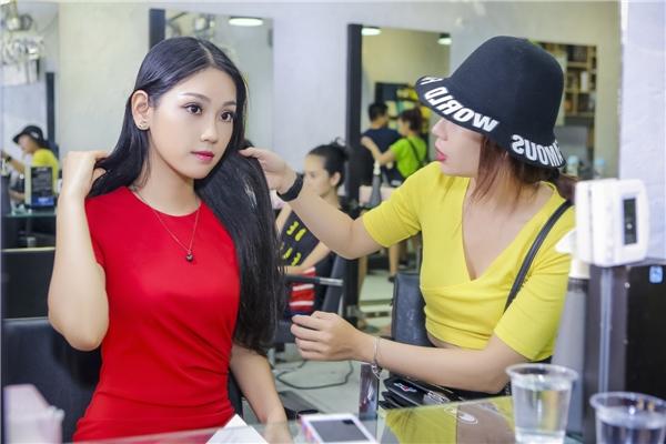 Á hậu Áo dài rất tự hào về chị gái người mẫu, đây cũng chính là người đầu tiên rèn luyện Phương Linh những bước catwalk, diễn xuất trước ống kính, động viên cô trong suốt hành trình tìm kiếm danh hiệu ở cuộc thi nhan sắc cấp quốc gia.