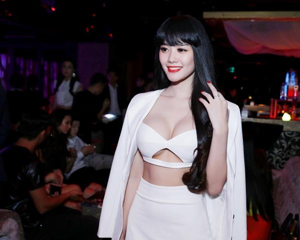 """Linh Chi từng khẳng định sửa ngực và khoe ngực là để """"phục vụ khán giả""""."""