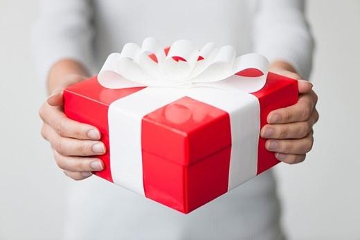 Việc mở quà trước mặt người khác phảnánh sự tham lam và thiếu kiên nhẫn của bạn. (Ảnh: Internet)