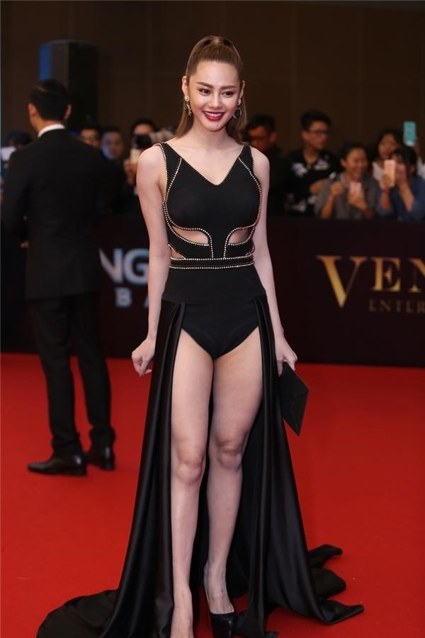 Chân dài Linh Chi diện bộ cánh màu đen với những đường cắt xẻ táo bạo. Đây cũng là thiết kế nằm trong bộ sưu tập được Đỗ Long trình làng tại Đêm hội Chân dài 10.