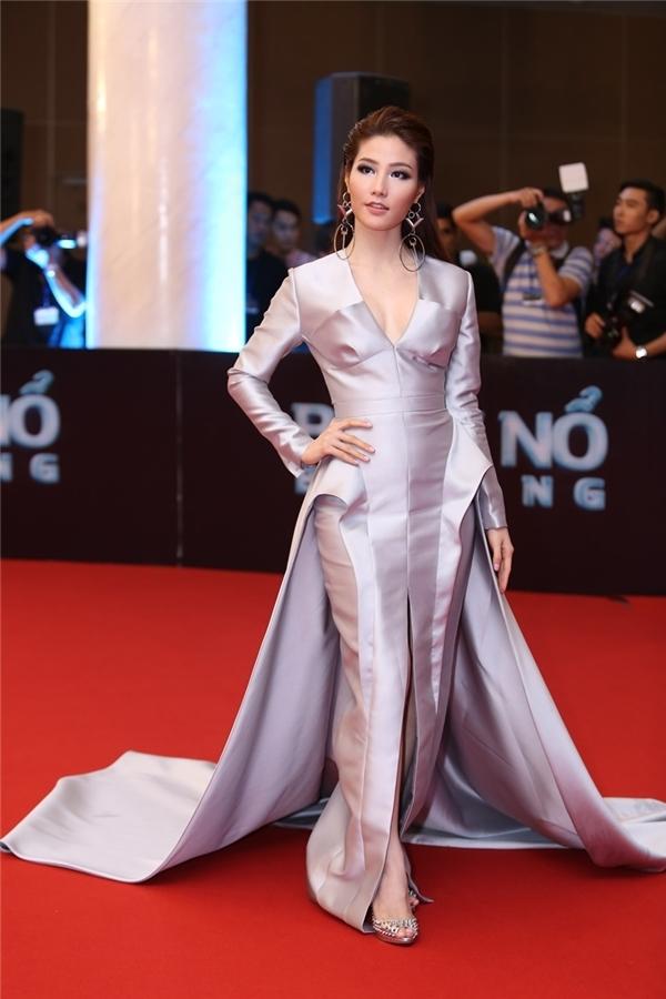 Diễm My 9x là mĩ nhân đầu tiên xuất hiện trên thảm đỏ Đêm hội Chân dài 10. Nữ diễn viên diện bộ cánh màu ánh bạc của nhà thiết kế Đỗ Long. Tuy nhiên, thiết kế lại khiến cơ thể Diễm My trông kém thon gọn.