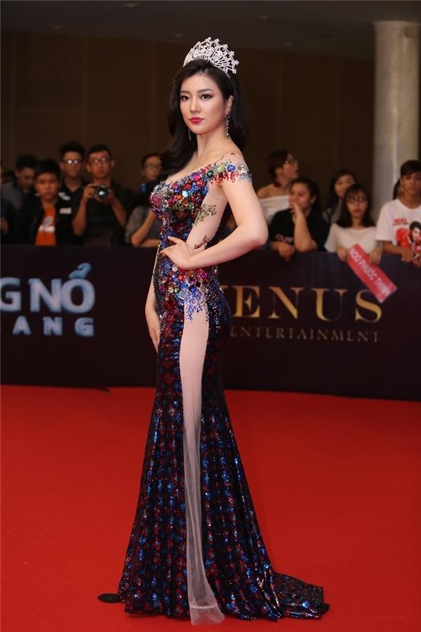 Hoa hậu Hàn Quốc 2015 diện bộ cánh ánh kim với nhiều tông màu nổi bật. Thiết kế làm gợi nhớ những khung kính đa sắc ở các công trình kiến trúc của châu Âu.