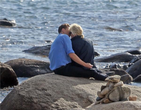 Cặp đôi vô tư âu yếm nhau bất chấp đang có rất đông người ở bãi biển.