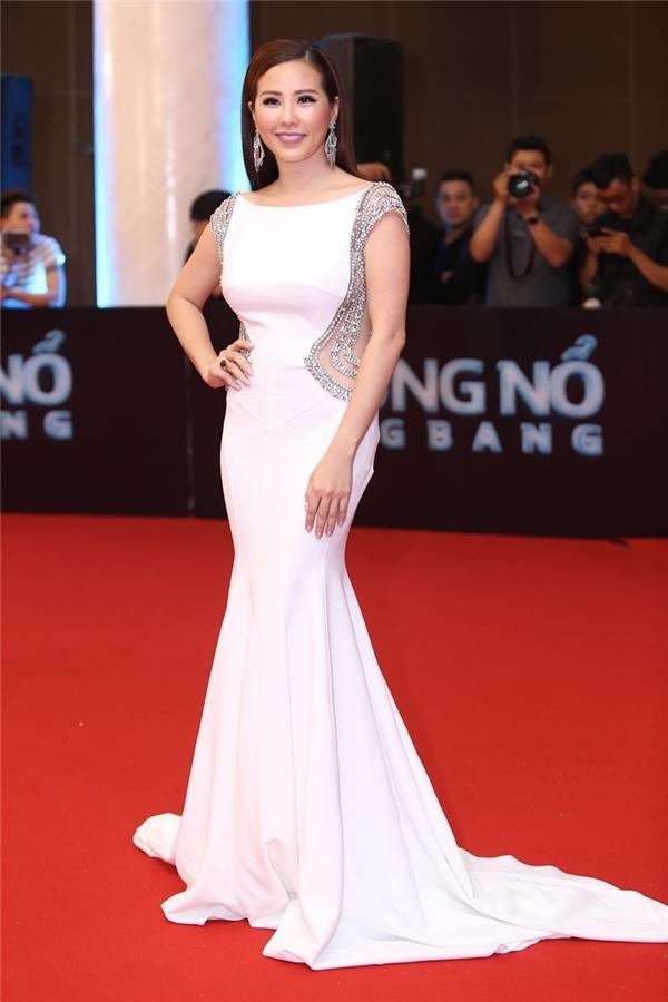 Hoa hậu Quý bà Thu Hoài khiến các đàn em ganh tị khi vẫn giữ được sắc vóc gợi cảm dù đã hơn 40 tuổi. Cô diện thiết kế màu trắng tinh khôi kết hợp đường cắt sắc sảo ở phần eo.