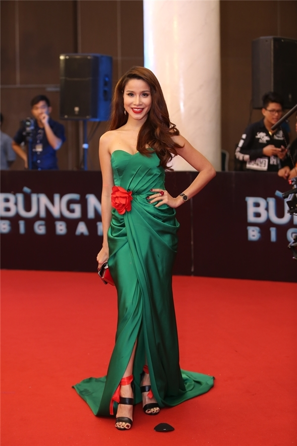 Diễn viên, người mẫu Thanh Trúc diện đầm xanh kết hoa đỏ tương phản.