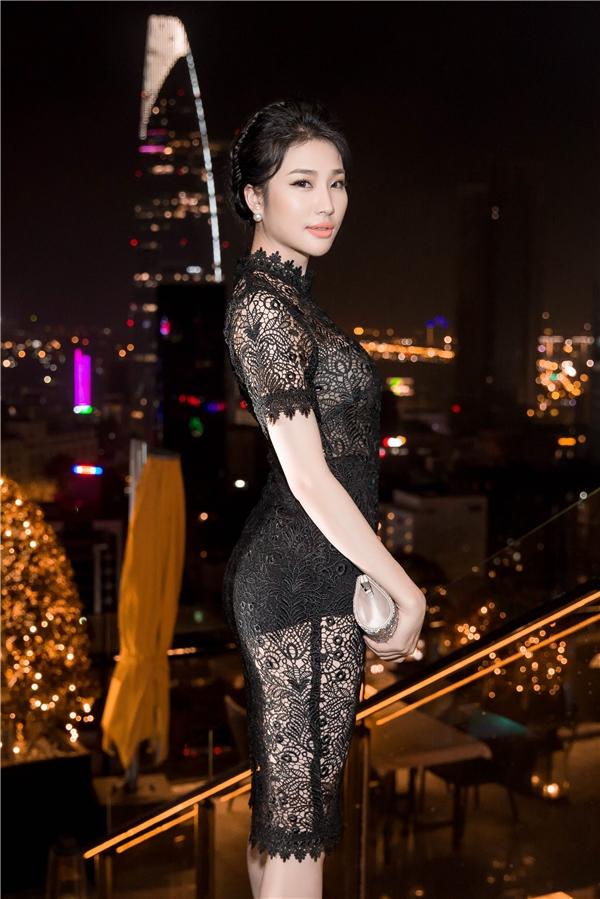 Á hậu Minh Thư diện đầm ren ôm sát gợi cảm.