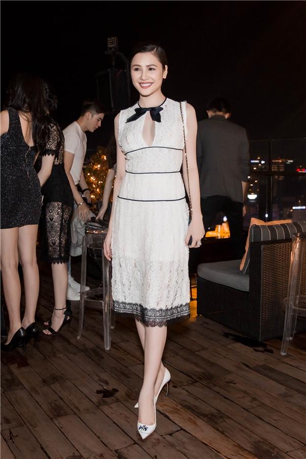 Người mẫu Tường Vy khoe sắc trong thiết kế màu trắng tinh khôi, nhẹ nhàng.