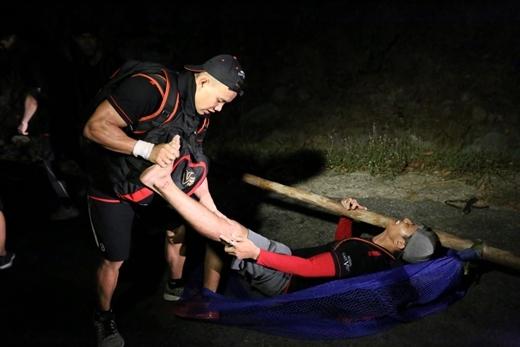 Võ Ghi Ta bộc lộ sự nổi trội về thể lực và tinh thần quả cảm khi cáng đáng những khó khăn cho đồng đội.