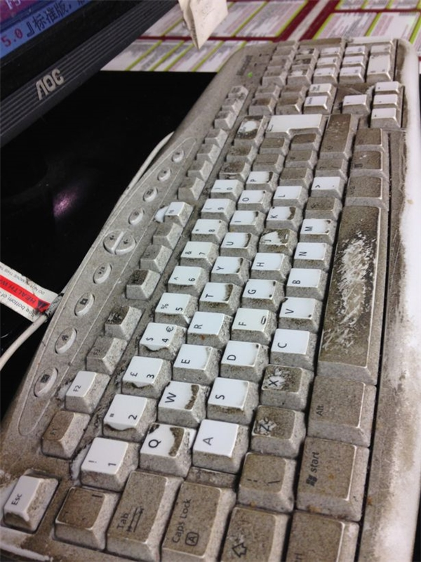 Chiếc máy tính cáu bẩn đến đáng sợ!