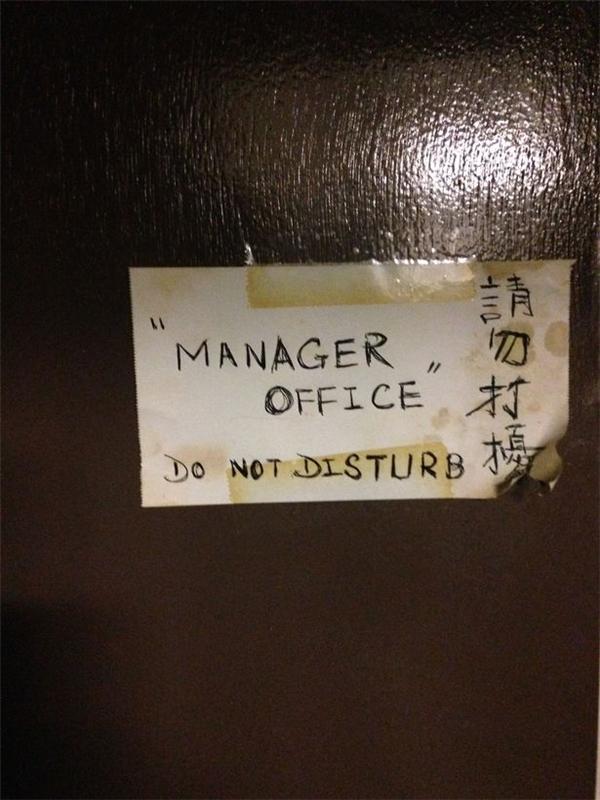 """Tấm biển """"văn phòng quản lí"""" được gắn trước cửa toilet."""