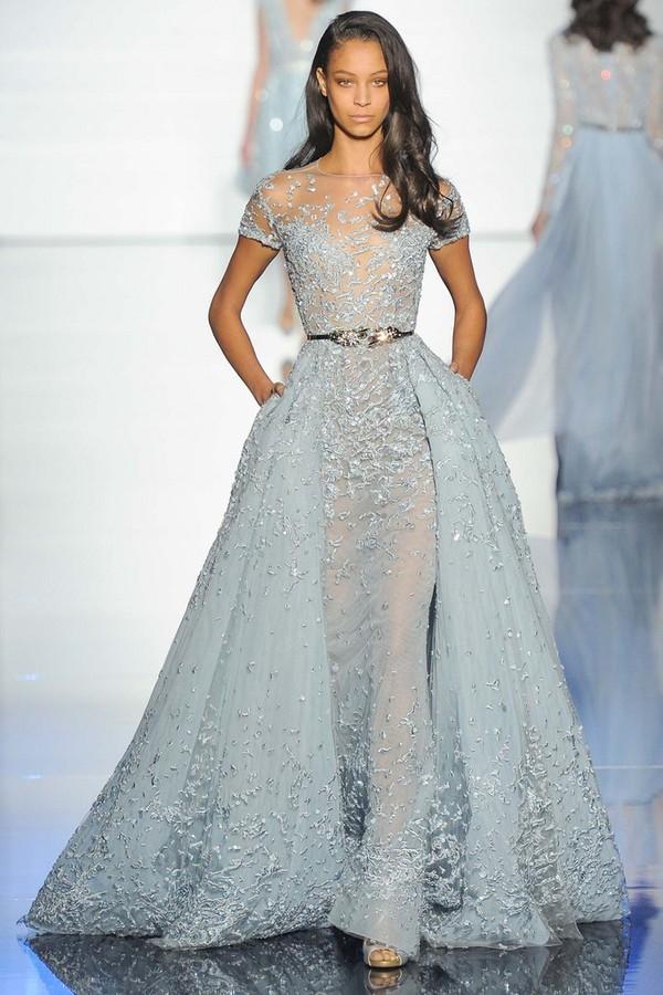 Bộ váy mà Lý Băng Băng diện lấy sắc xanh làm chủ đạo và thuộc về nhà mốt trứ danh Zuhair Murad. Giá của thiết kế này cũng vô cùng đắt đỏ.