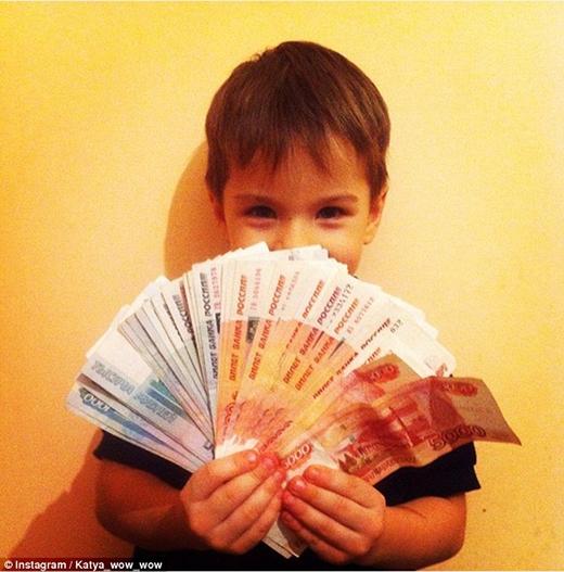 Cho những đứa trẻ khoe tiền đang trở thành mốt đăng ảnh của những bố mẹ đại gia. (Ảnh: Internet)