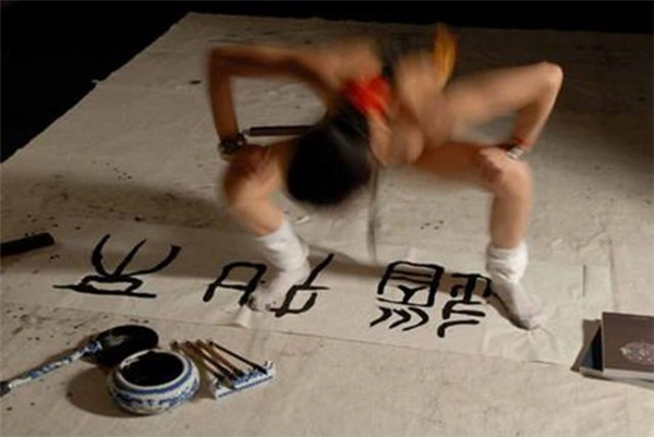 """Trước sự việc này, hầu hết cư dân mạng tỏ ý ủng hộ quyết định của CAA hủy bỏ tư cáchthành viên của nghệ sĩ Sun Ping và cho rằng họ đang bị sốc bởi nghệ thuật của nghệ sĩ này.""""Tôi chỉ muốn biết lído tại sao bạn không thể viết bằng tay của mình"""", một độc giả đã viết.(Ảnh Internet)"""