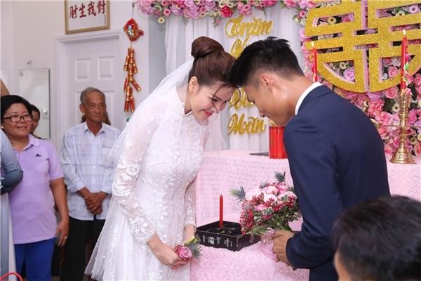 Cô dâu chú rể mỉm cười hạnh phúc trong lễ ăn hỏi. - Tin sao Viet - Tin tuc sao Viet - Scandal sao Viet - Tin tuc cua Sao - Tin cua Sao
