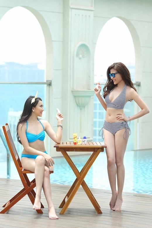 Bí quyết của Thúy Diễm & Hồng Loan mỗi khi thư giãn tại bể bơi chính là lọ kem chống nắng Sunplay tí hon – dễ dàng bỏ gọn trong túi xách.