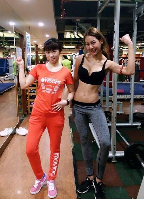Naika xinh đẹp đọ dáng với huấn luyện viên thể hình. (Ảnh: Instagram)