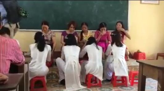 Cáchọc sinh đã quyết định tổ chứcnghi thức rửa chân tri ân thầy cô.