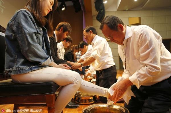 Dân mạng tranh cãi trước hình ảnh học trò rửa chân cho cô giáo