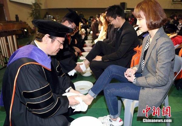 Cảnh các thầy cô giáo rửa chân cho sinh viên tại đại học Myongji.