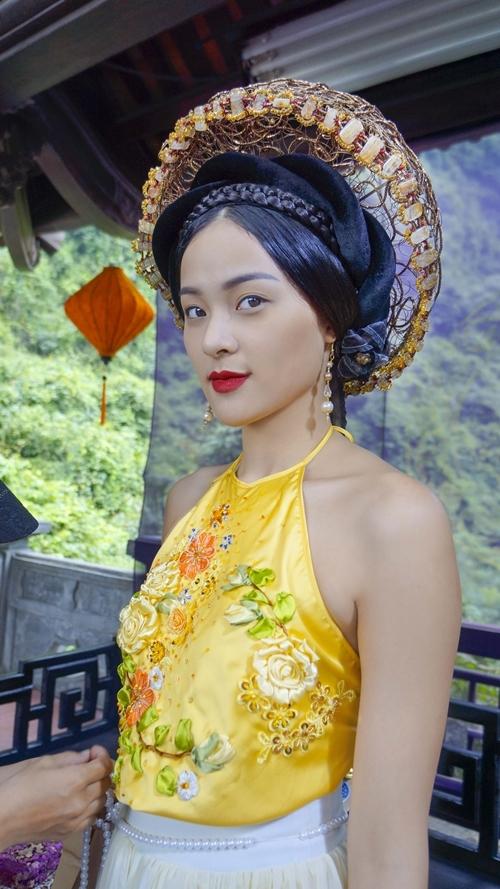 Trang phục dù đẹp nhưng bị nhận xét không thuần Việt.