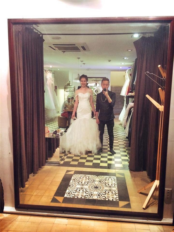 """Bức ảnh Trâm Anh thử váy cưới được Justa Tee chia sẻ trên trang cá nhân từng khiến dân mạng """"rần rần"""". (Ảnh: Internet)"""