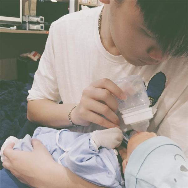 Cuộc sống hạnh phúc sau hôn nhân với một bé trai kháu khỉnh của Trang Lou và Tùng Sơn có lẽ là niềm ao ước của rất nhiều cặp đôi. (Ảnh: Internet)