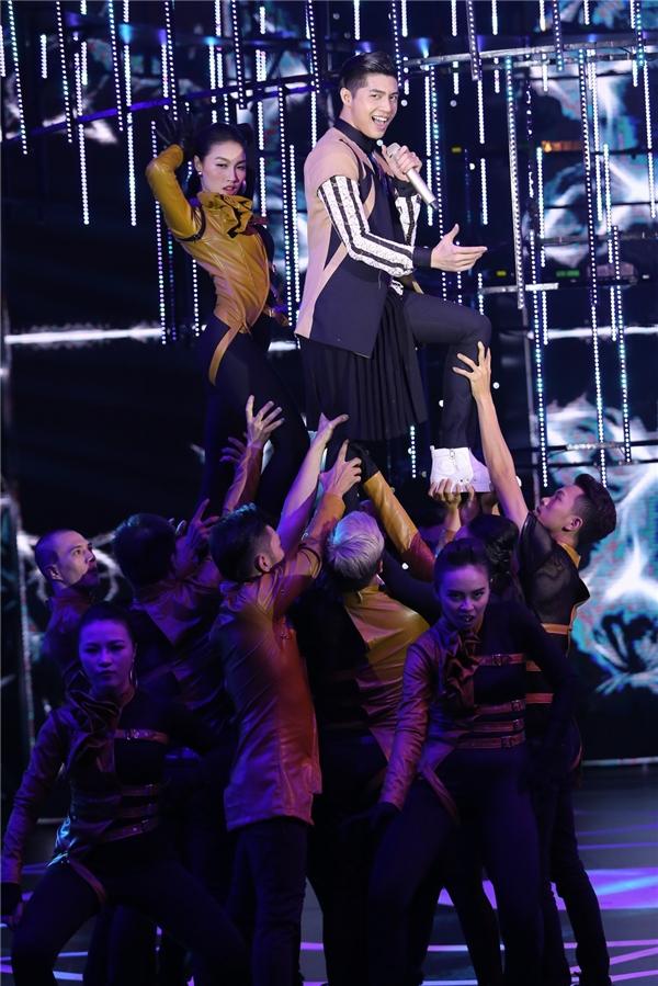 Giọng hát live khỏe khoắn và những động tác vũ đạo điêu luyện khiến tiết mục của Noo Phước Thịnh thêm phần hấp dẫn. - Tin sao Viet - Tin tuc sao Viet - Scandal sao Viet - Tin tuc cua Sao - Tin cua Sao
