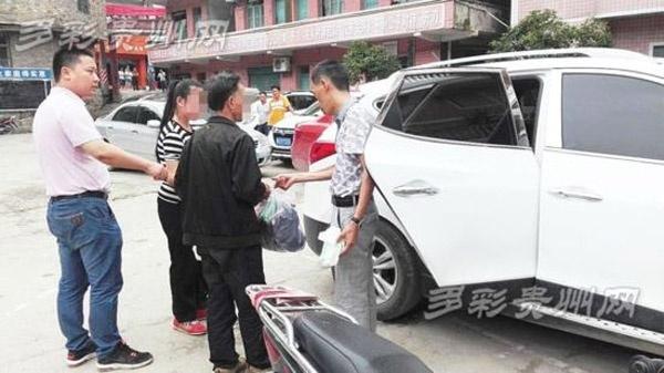 Chính quyền địa phương đưa cặp tình nhân nàylên ô tô về.