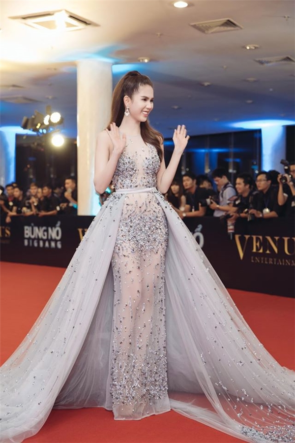 Thiết kế vừa mang nét nữ tính, đằm thắm nhưng không kém phần táo bạo, gợi cảm bởi những khoảng hở lớn. Bộ váy có giá khoảng hơn 60 triệu (3.000 USD).