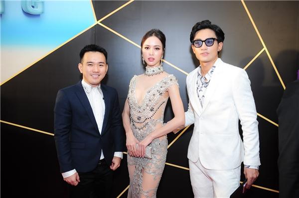 """Được biết, đây là bộ trang phục do Lê Thanh Hòa(bìa trái)thiết kế riêng cho cô. Đá quý, ngọc trai, sequins,… được sử dụng đính kết để che đi những """"vùng hiểm"""" trên cơ thể."""