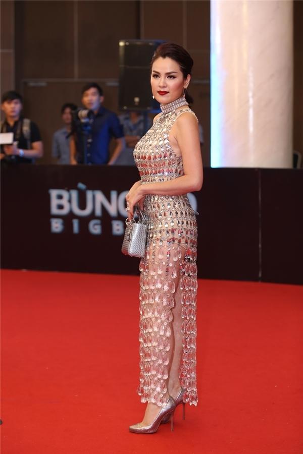 Bộ váy thứ 3 đáng chú ý thuộc về Á hậu Doanh nhân Phương Lê. Thiết kế cũng sử dụng chất liệu xuyên thấu kết hợp đá quý tạo điểm nhấn. Dưới ánh đèn sân khấu, thảm đỏ, cơ thể của cô gần như lộ rõ.