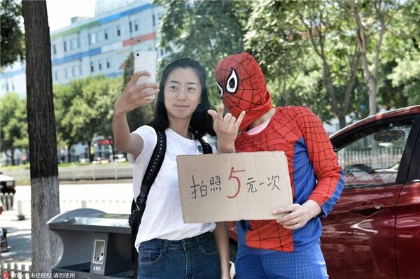 Người qua đường chụp ảnh quyên góp cho cậu bé.