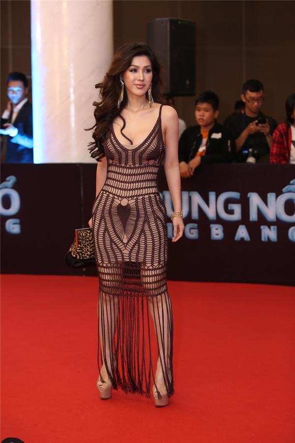 Bộ váy ren, tua rua của Maria Đinh Phương Ánh khiến người xem liên tưởng đến những chiếc mạng nhện, lưới đánh cá. Kiểu trang điểm cũng khiến cô trông đứng tuổi hơn.