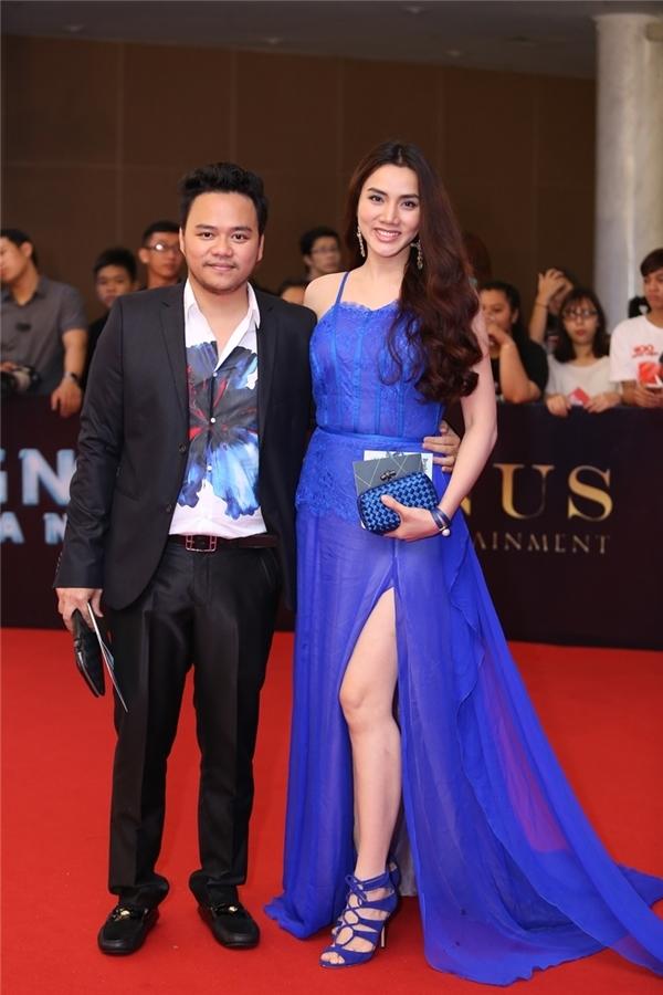 Sau khi sinh, Trang Nhung vẫn chưa lấy lại được sắc vóc. Chính vì thế, sắc xanh cobant lại làm lộ rõ khuyết điểm này của cô. Phần eo bánh mì khiến nhiều người ngỡ ngàng với sắc vóc một thời từng khuynh đảo các sàn diễn thời trang trong nước.